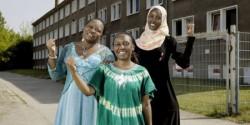 taz Panter Preis Nominierte 2014. Der Verein Women in Exile engagiert sich für die Rechte von geflüchteten Frauen. Die Vorsitzende Elisabeth Ngari (Mitte) und zwei ihrer Mitstreiterinnen, Damarice Okore (li.) and Fatuma Musa. Alle drei sind aus Kenia. V